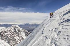 Bergsteiger klettert den Hügel in den Bergen von Altai im alplagerey Lizenzfreie Stockfotos