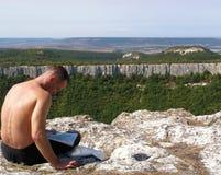 Bergsteiger mit einer Karte Lizenzfreie Stockfotos