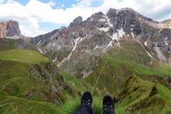Bergsteiger mit seinen Füßen auf dem Rand Stockbilder