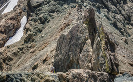 Bergsteiger Rappels in Rocky Terrain Lizenzfreies Stockbild