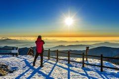 Bergsteiger steht auf der Spitze im Winter, Nationalpark Deogyusan Lizenzfreies Stockfoto