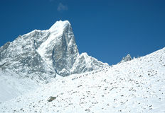 Bergsteiger steigen zum Everest-niedrigen Lager Lizenzfreie Stockbilder