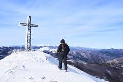Bergsteiger und Kreuz von Monte Gomito stockfotografie