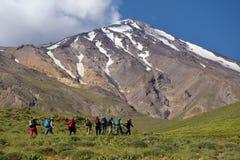 Bergsteiger und Mt Damavand lizenzfreie stockfotografie