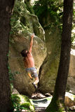 Bergsteiger zwischen Bäumen stockbild