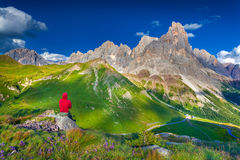 Bergsteigerbewundern der Landschaft von Pale di San Martino stockbilder