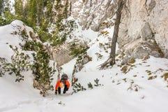 Bergsteigerfrau, die einen Sinkkasten absteigt Lizenzfreie Stockfotos