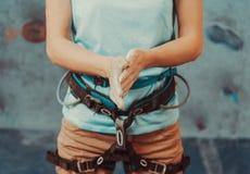 Bergsteigerfrau, die ihre Hände im Pulver beschichtet Stockfoto