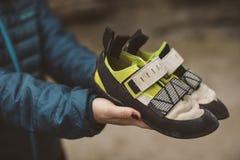 Bergsteigerfrau mit ihren kletternden Schuhen gesetzt auf ihre Hände stockfoto