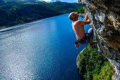 Bergsteigermann über dem See Stockbild