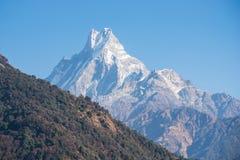 Bergstopp av snöbergsikten på vägen till den Annapurna basläger Royaltyfri Foto
