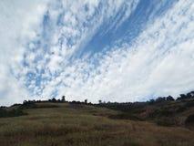 Bergstopp och molnig himmel Arkivbilder