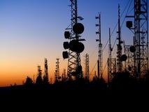 Bergstoppkommunikationstorn på solnedgången arkivfoton