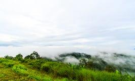 Bergstoppsikt av det Krajom berget. Arkivfoton