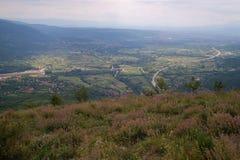 Bergstoppsikt med solsken Arkivfoto