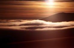 bergstoppsolnedgång royaltyfria bilder
