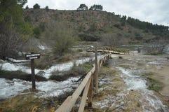 Bergström, flod översvämmad bana stängd trail Ruidera nationalpark Royaltyfri Fotografi