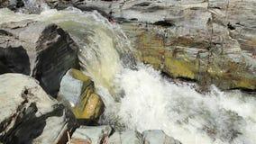 Bergström mellan stenar lilla forar arkivfilmer