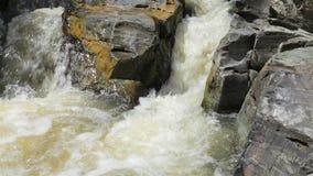 Bergström mellan stenar lilla forar stock video