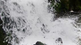 Bergströmflödena nedåt med kaskader stock video
