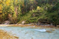 Bergstroom in de Lepena-vallei Stock Foto's
