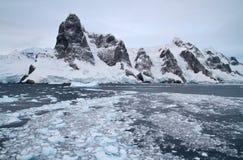 Bergsystem av den antarktiska halvön på ingången till th Arkivfoton