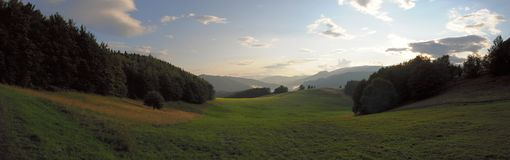 BergTatra landskap med den gröna skogen, blåttmoln och ängen Arkivfoton