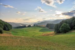 BergTatra landskap med den gröna skogen, blåttmoln och ängen Arkivbilder