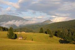 BergTatra landskap med den gröna skogen, blåttmoln och ängen Royaltyfri Foto