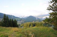 BergTatra landskap med den gröna skogen, blåttmoln och ängen Arkivfoto