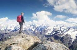 Bergtoerist op de hoge rots royalty-vrije stock foto's