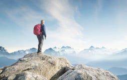 Bergtoerist op de hoge rots royalty-vrije stock foto
