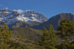 Bergtoppig bergskedja Velluda i den Laguna de Laja nationalparken, Chile arkivfoton