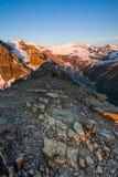 Bergtoppmöte på soluppgång Arkivbilder