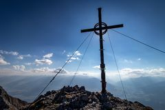 Bergtoppmötekors med panoramautsikt arkivfoton
