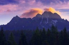 Bergtoppmöte på gryning Arkivfoto