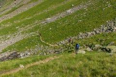 Bergturister följer banan i de Kaukasus bergen Arkivfoto