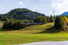 Bergun Bravuogn, Graubunden, Schweiz, typisk by i Schweiz royaltyfri fotografi