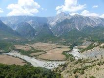 Bergursinne av nära staden av Permet i Albanien med ett krökt spår av floden albacoren royaltyfri bild