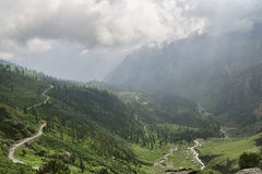 Bergväg bland dalen och floden Arkivbilder