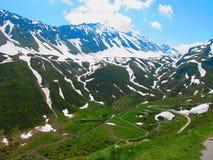 Bergväg i de schweiziska fjällängarna Arkivfoto