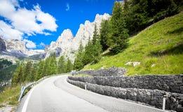 Bergväg i den Dolomiti regionen - Italien royaltyfri fotografi