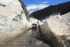 Bergväg i Kashmir. Arkivbild