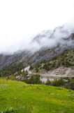 Bergväg i klyftan Dugoba, Kirgizistan Royaltyfri Foto