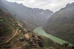 Bergväg i landskapet Ha Giang royaltyfri bild