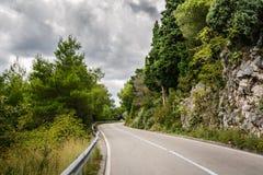 Bergväg i Montenegro, Europa royaltyfri foto