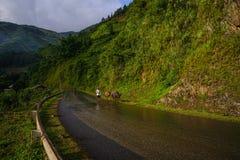 Bergväg i nordliga Vietnam Royaltyfri Fotografi