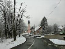 Bergväg in i stad royaltyfri bild