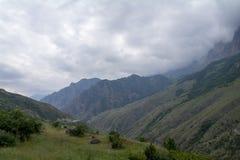 Bergväg i utlöparen som döljer i molnen Royaltyfria Foton