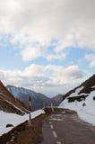 Bergväg i vintern som är dold i djupfryst snö arkivfoton